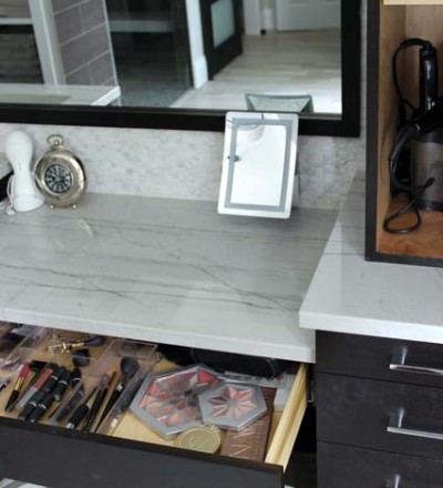 Drawer organizers help to keep the bath clutter-free.